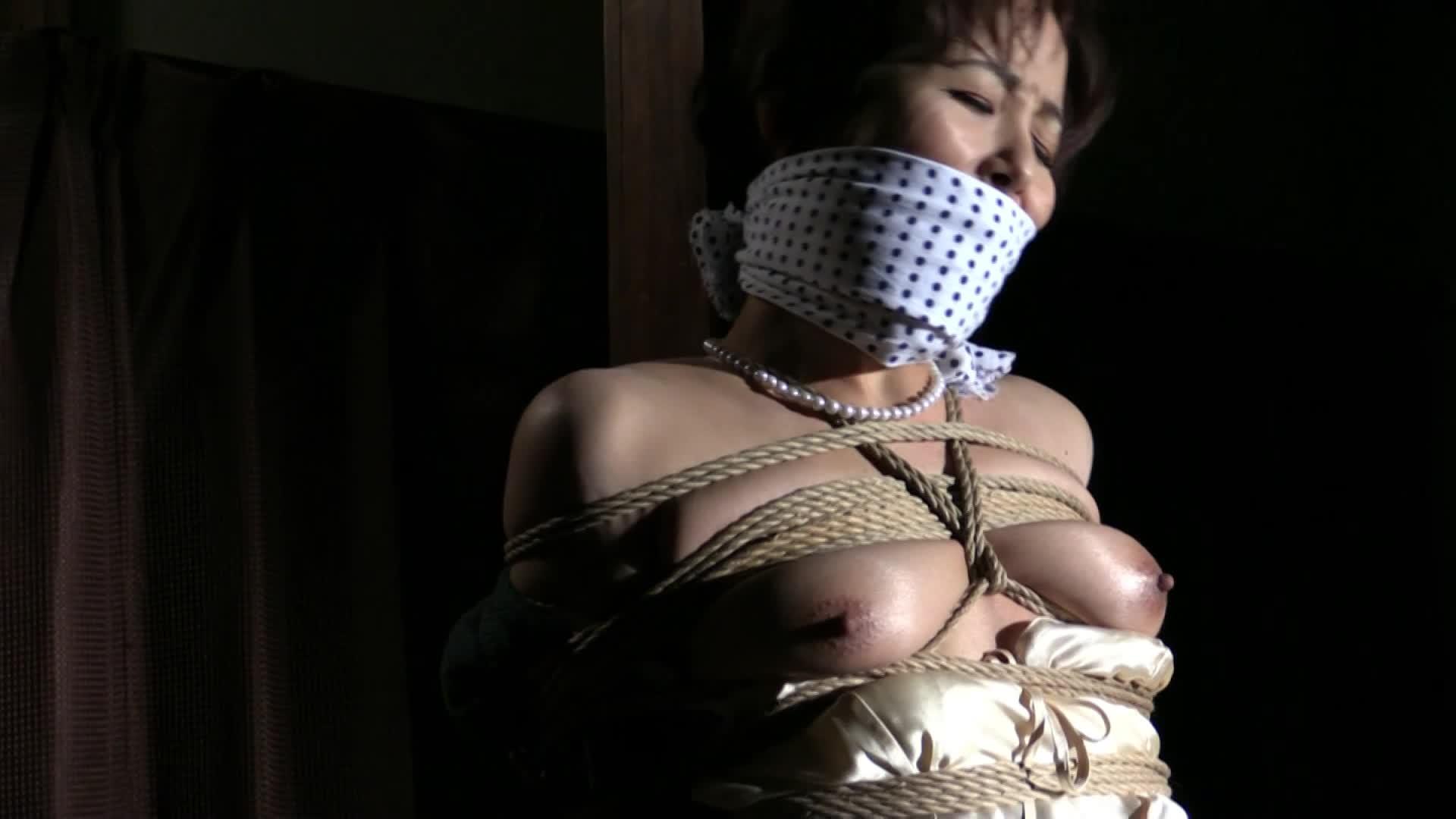 猿轡で口を塞がれたマゾ人妻がきつめに緊縛拘束され奴隷調教されるSMプレイ。乳首が縄でこすれ、それに悶える…