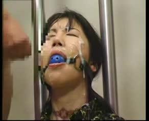 拘束し猿轡を付けた熟女に、大量ザーメンをぶっかけまくる連続顔射。顔中精子まみれに…